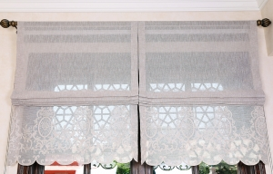 Folding curtain with lacework